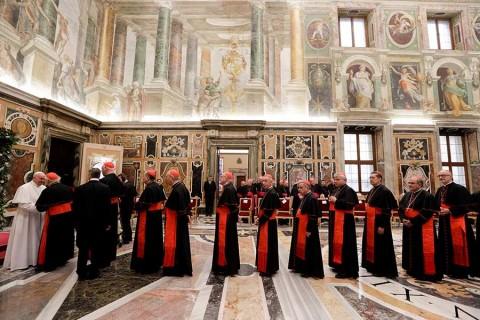 El Papa regaña a la Curia y exige 'cambio de mentalidad'
