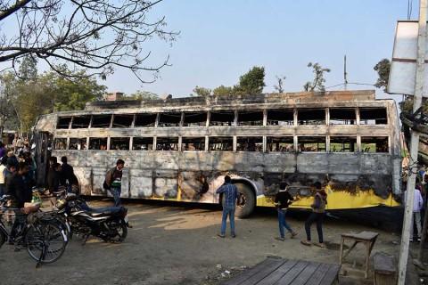 Mueren al menos 20 personas en accidente de autobús en India