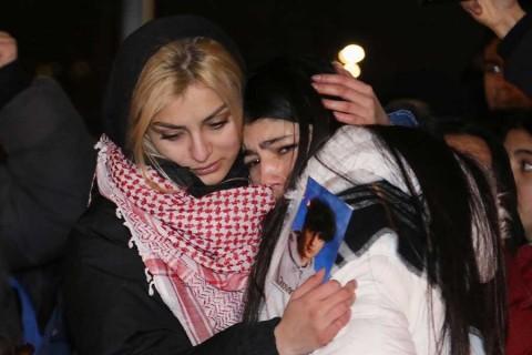 Iraníes desafían vigilancia y protestan contra derribo de avión