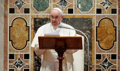 Benedicto XVI reclama a Francisco que abandone la idea de la ordenación de hombres casados