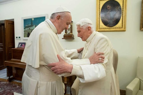 Benedicto XVI se desmarca de polémica sobre celibato