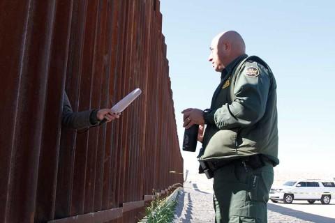Rebaja Trump a 2 mil mdd pedido de fondos para muro fronterizo
