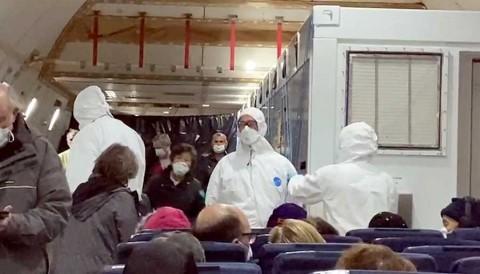 Llegan a EU pasajeros de crucero aislado en Japón y quedan en cuarentena