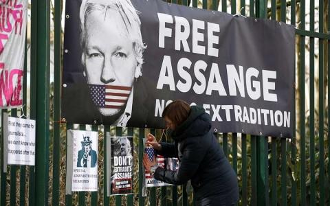 Defensa de Assange denuncia mentiras de EU y malos tratos