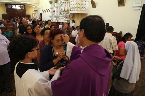 Católicos de todo el mundo celebran Miércoles de Ceniza con precaución por coronavirus