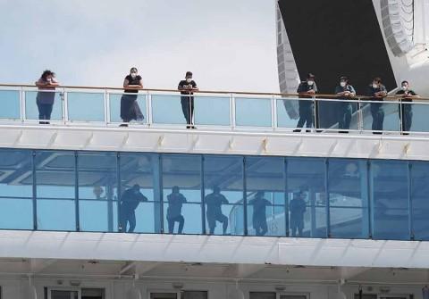Crucero con 2 muertos y varios enfermos atraca en EU, tras larga odisea