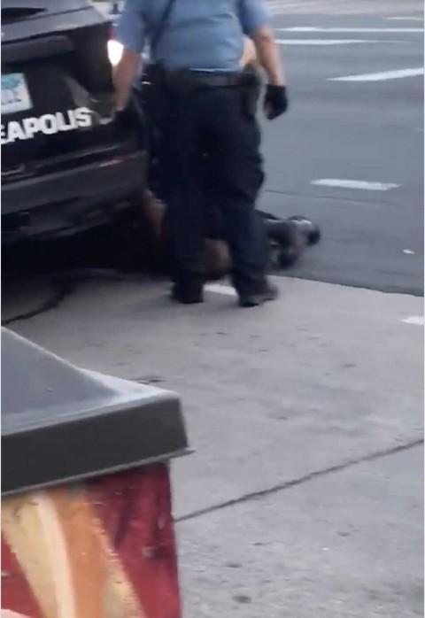Policía de EU aplasta del cuello a afroamericano y lo mata