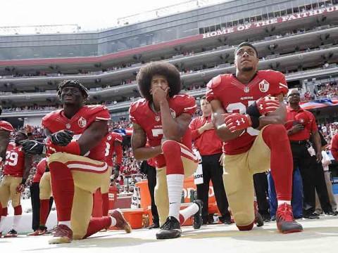 Colin Kaepernick fue condenado por protestar durante el himno nacional de Estados Unidos. (AP)