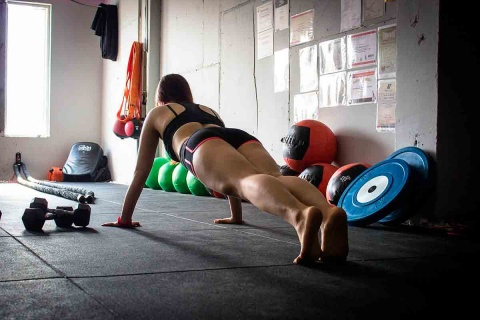 La imagen tiene un atributo ALT vacío; su nombre de archivo es los-ejercicios-plank-los-mejores-para-tu-cuerpo_0.jpg
