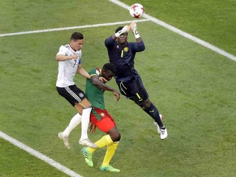 En una jugada, Fabrice Ondoa sale de su área para despejar el balón con los puños