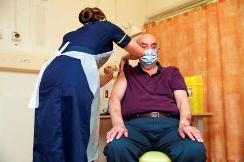 ¿Es seguro espaciar, reducir o combinar las dosis de vacunas covid?