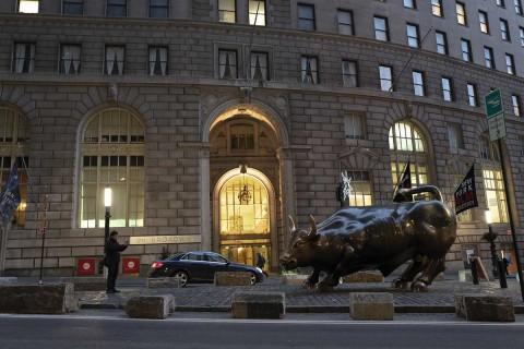 Muere el escultor italiano Arturo Di Modica, autor del toro de Wall Street