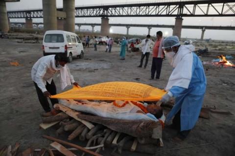 Cadáveres de víctimas de covid aparecen flotando en río Ganges de India