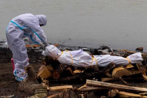 India intenta evitar tira de cadáveres en ríos; investiga sin tenían covid