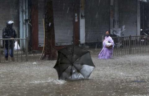 Poderoso ciclón azota India y complica crisis de covid-19
