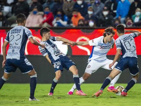 Santiago Giménez entró al minuto 82 y generó peligro
