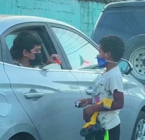 Niño regala juguete a pequeño limpiaparabrisas y se hace viral | Excélsior