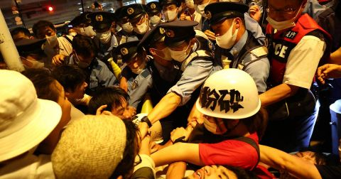 Ciudadanos japoneses protestaron afuera del Estadio de Japón (Foto de Reuters)