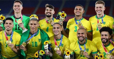 La Selección Brasileña portó otro patrocinador en su premiación (Foto de Reuters)