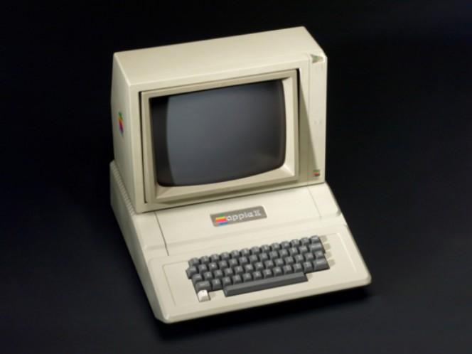 Tras comercializar la Apple I, comenzaron a trabajar en una versión más sofisticada, lo que sería la Apple II, la cual marcó un hito en la computación personal tras lanzarse en 1977. Foto: AP