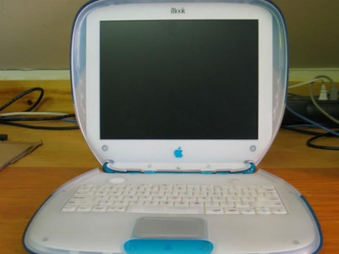 En 1999 lanzó la iBook, una computadora portátil pensada para los hogares. Foto: Wikimedia CC