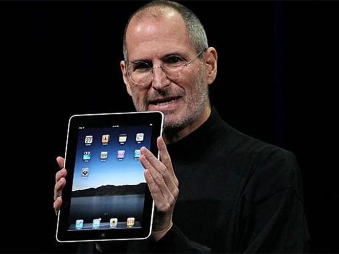 En 2010, Steve Jobs, presentó el iPad, un dispositivo portátil y personal que fue recibido con entusiasmo por la industria y consumidores. Foto: Getty