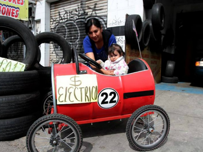Mexicanos crean cochecito eléctrico con tambos