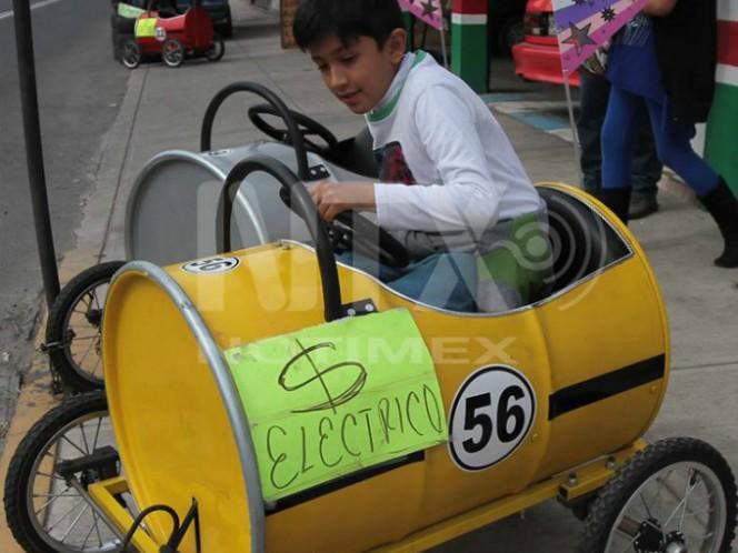 Mexicanos crean genial cochecito eléctrico con tambos