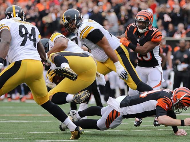 El quarterback Andy Dalton salió lastimado en el primer cuarto cuando Stephon Truitt interceptó su pase, lesionándose al tratar de frenarlo (AP)