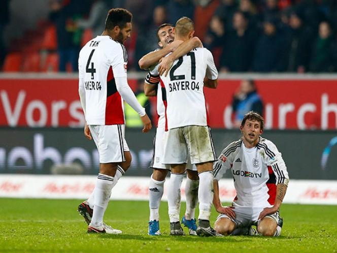 'Chicharito' resuelve los apuros del Leverkusen (AP)