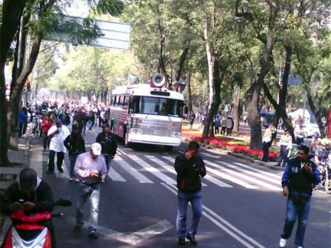 Los manifestantes, que iniciaron su recorrido en el Auditorio Nacional, ocupan todos los carriles de Paseo de la Reforma en su recorrido hacia la calle de Bucareli.