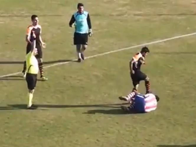 VIDEO: El ataque cobarde de un jugador a su rival
