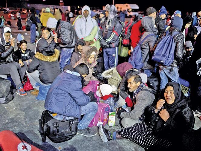 Un grupo de migrantes pernocta en la isla de Lesbos en Grecia, luego de llegar al país europeo a través de un ferry, con la intención de buscar mejores condiciones de vida y huyendo de los conflictos bélicos que golpean principalmente a Siria e Irak. Foto: AP