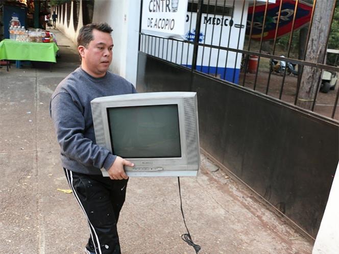 Dejan capitalinos sus televisores análogos en centros de acopio