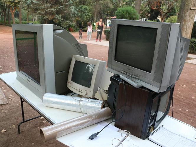A las televisiones se les da un trato especial como desechos, además de que se busca rescatar algunas partes que pueden ser reutilizadas.