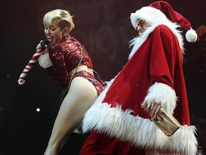 'Esta es una canción navideña que no se me va de la cabeza. Para qué voy a poner un árbol de Navidad si no hay nadie aquí para verlo', dice la letra del tema, que Cyrus ha anunciado por la red social Twitter con la etiqueta '#MerryFuckingChristmas'. (Archivo)