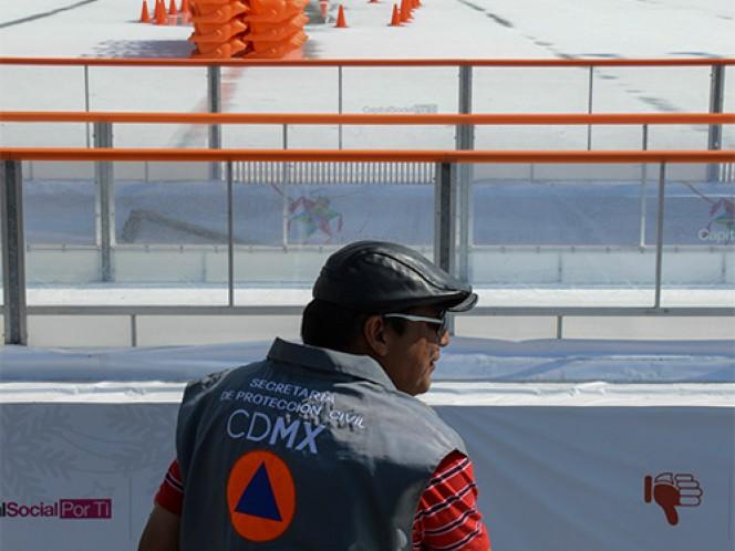 Personal de Protección Civil DF se cercioró de la suspensión de actividades en la pista de hielo.