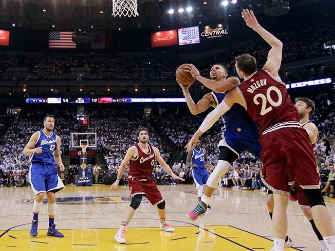 Stephen Curry colabora con 19 unidades en el triunfo de Golden State sobre Cavaliers (AP)