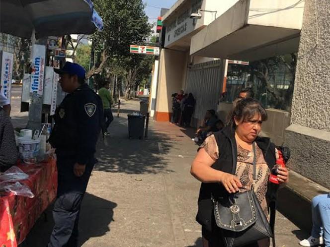 Personas esperaban al exterior del Hospital de Xoco para conocer el estado de salud de sus familiares.