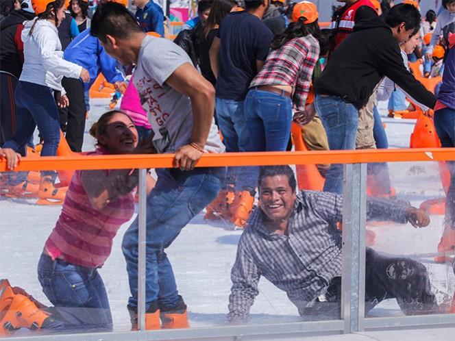 Los capitalinos y visitantes regresaron la la pista de hielo instalada en el Zócalo capitalino.