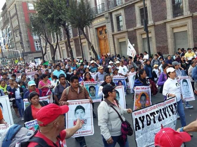 Padres de 43 normalistas de Ayotzinapa marcha a la Basílica