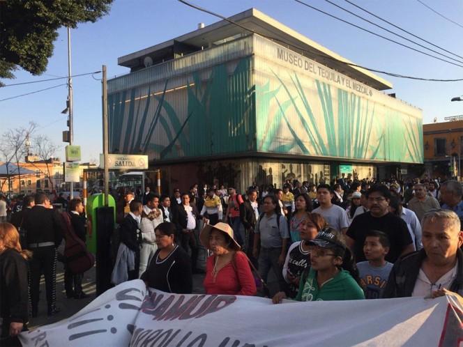 Paso de la marcha por los 43 normalistas de Ayotzinapa a la altura de la Plaza de Garibaldi. Foto: @heicke