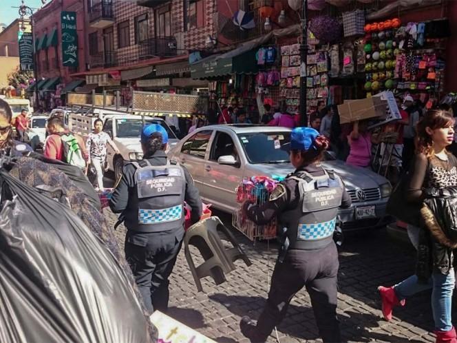 Elementos de la SSPDF decomisaron mercancías de ambulantes en calles aledañas al Zócalo capitalino.