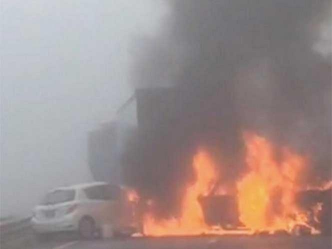 Los primeros reportes indican que la camioneta se impactó con el tráiler y de inmediato comenzó a incendiarse.