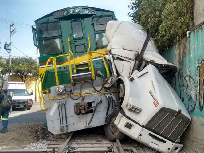 La cabina del tráiler quedó destrozada al intentar ganarle el paso al tren en Avenida Ceylán. Foto: José Antonio Berjano