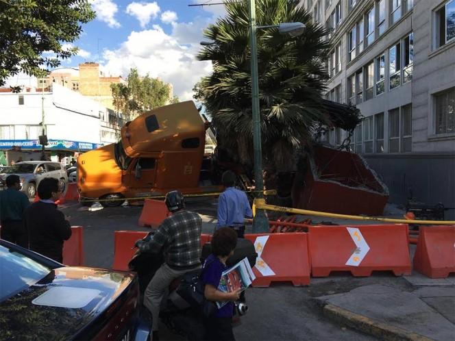 La grúa no soportó las 40 toneladas de la bóveda de concreto y se ladeó sobre su lado izquierdo.