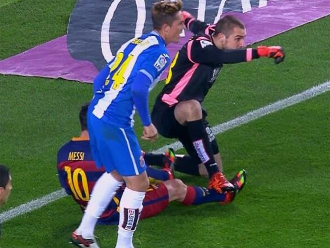 Apoyó todo el peso de su cuerpo en el tobillo del delantero argentino. (Foto: Twitter)