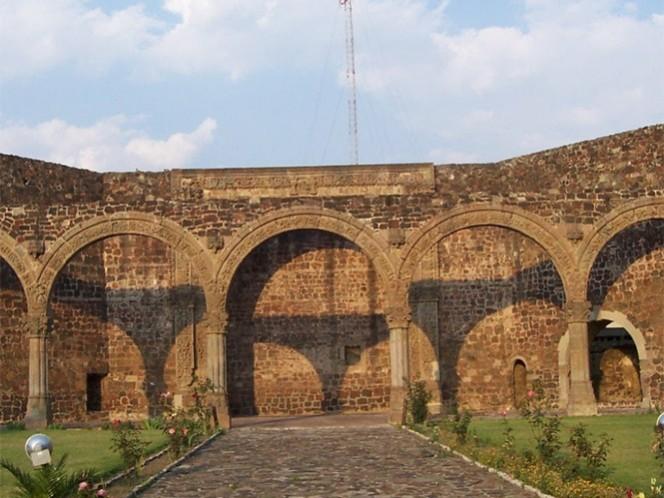 La Capilla Abierta se encuentra en el municipio de Tlalmanalco, tiene cinco arcos al frente, todos completamente decorados.