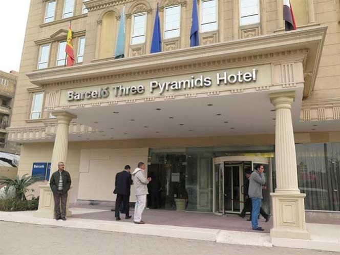 Según la versión de las autoridades egipcias y de los responsables del hotel, varios jóvenes lanzaron ayer bengalas y dispararon perdigones.