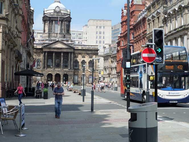 Agentes de Merseyside trabajan en una alerta en la calle Tithebarn, en Liverpool.